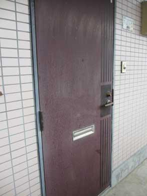 共用部のドアの掃除
